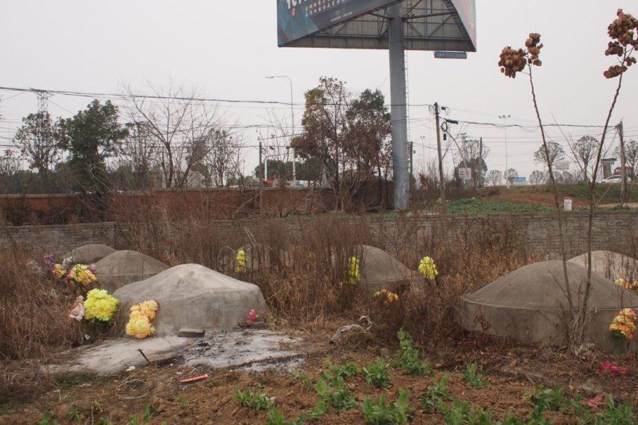 Dorffriedhof in Nordhubei, nahe Xiangyang, Januar 2020