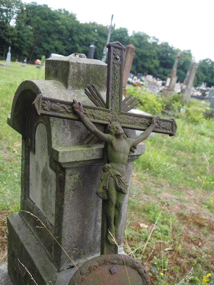 Polen alter Grabstein mit Kreuz und Jesus