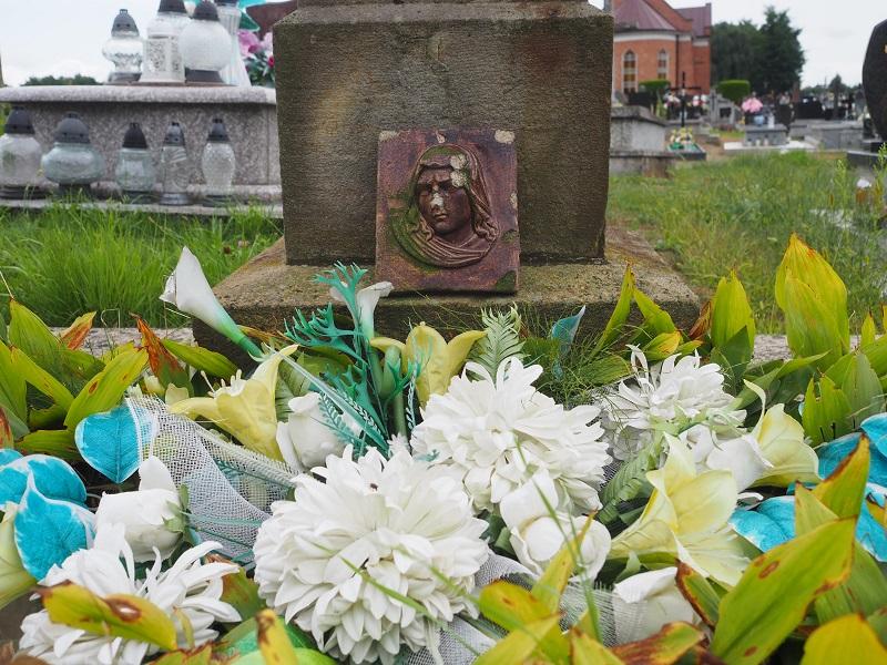 Künstlische Blumen auf Grab